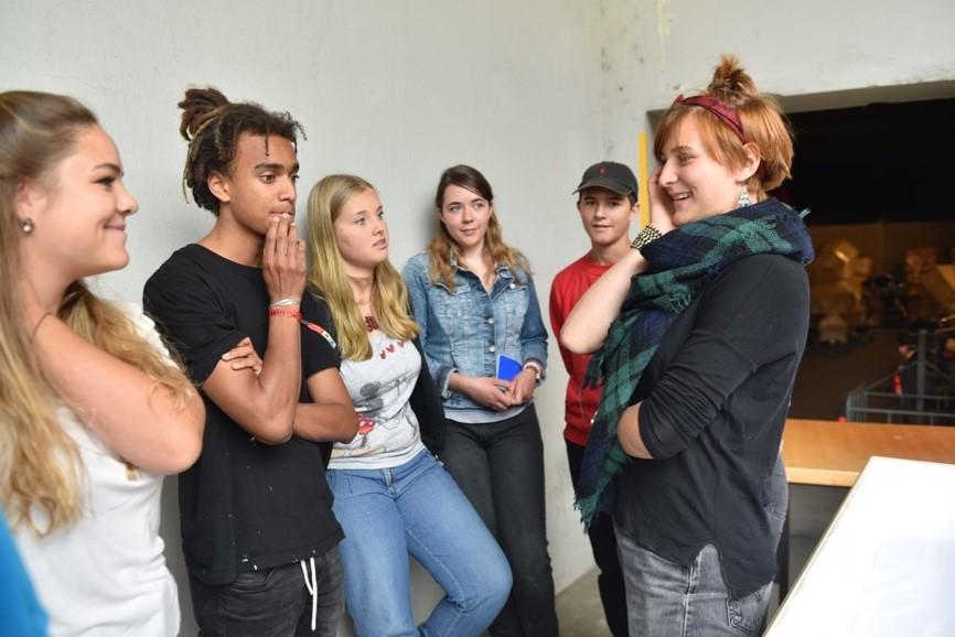 Bevor die Jugendlichen zu Farben und Pinsel griffen, diskutierten sie über das entstehende Werk. (Foto: Daniela Friedli)