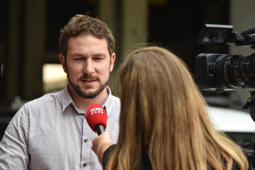 Seine Idee gefiel den Medien: Bestatter David Naef beim Interview mit TeleBärn. (Foto: Daniela Friedli)