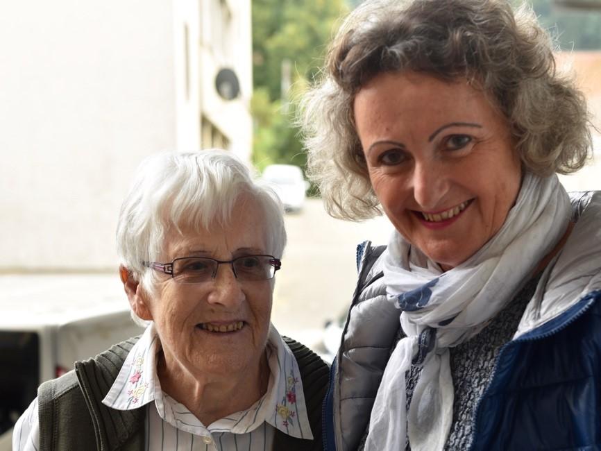 Zwei, die sich schätzen und mögen: Ali Tschanz mit Bestatterin Marianna Reinhard. (Foto: Daniela Friedli)